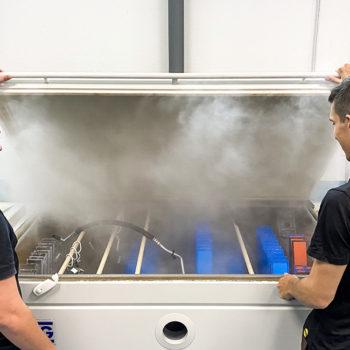 Tecnici di Laboratorio Specializzati per le prove di Nebbia Salina secondo norma SAE J2334