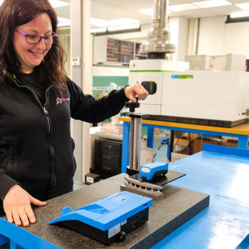 Rugosità Superficiale: Operatore di Laboratorio Specializzato con il rugosimetro