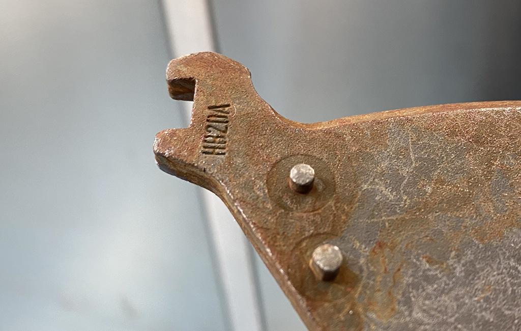 Dettaglio di corrosione rossa (ruggine) sull'acciaio zincato