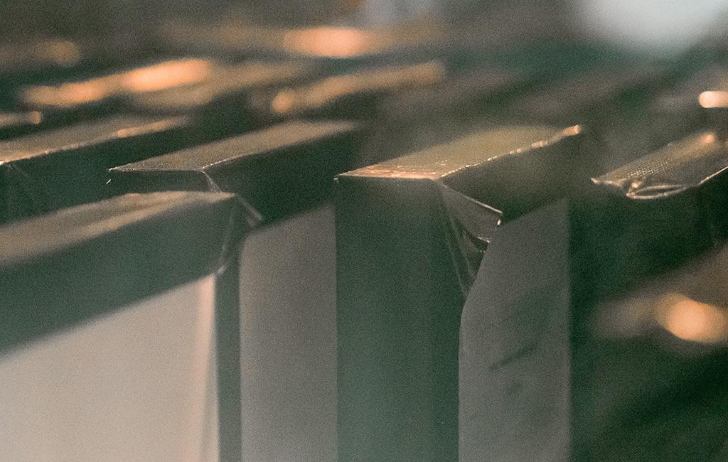 Dettaglio di componenti in acciaio durante la prova di nebbia salina successiva alla tropicalizzazione